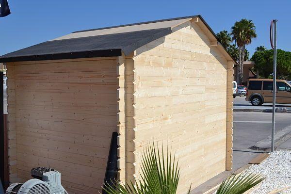 Colocar tela asfáltica sobre el techo de la caseta