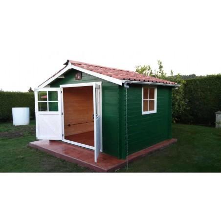 Caseta de madera pintada de color verde y con techado de tejas Onduvilla
