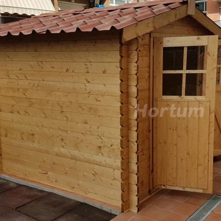 Puerta abierta caseta de madera Hortum. Caseta con tejas rojas