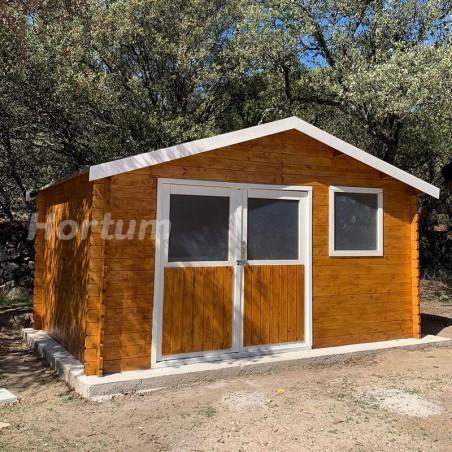 Caseta de madera Flodeal pintada de Naranja con marcos de puerta en blanco