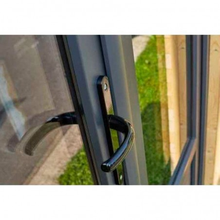 Detalle ventanas y puerta doble cristal con marco de PVC - Minicasa de madera