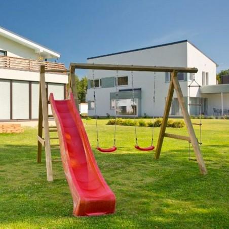 Parque de juegos con columpio y tobogán rojo. Parques de madera Hortum