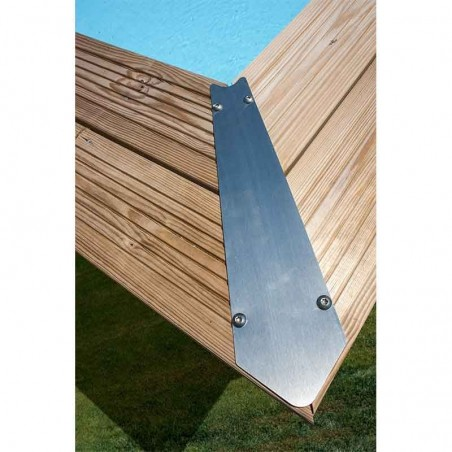 Embellecedores de metal para las esquinas. Piscina de madera