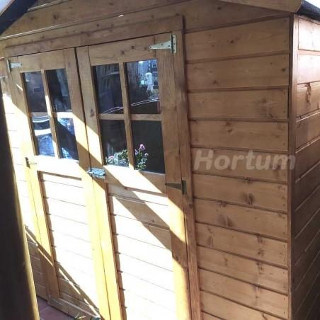 Caseta de madera Lode instalada en una terraza
