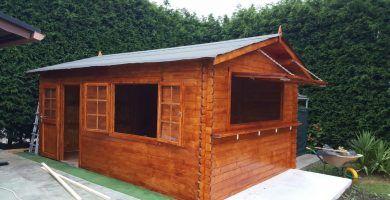 Caseta convertida en quiosco de madera