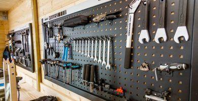 Ordenación de herramientas en una caseta de jardín