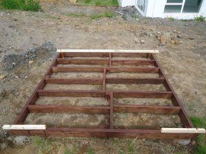 Suelo de madera con bloques soterrados