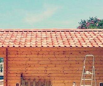 Caseta de madera con tejas rojas sombreadas