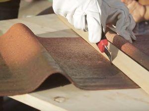 Cortar con cuter la teja asfáltica