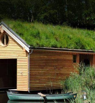 Garaje de madera con techo vegetal
