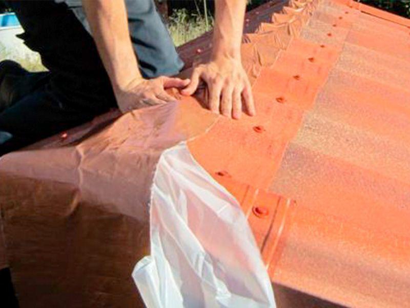Pegar ondufilm en la cima del tejado