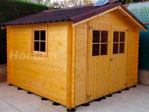 Caseta de madera instalada sobre plots
