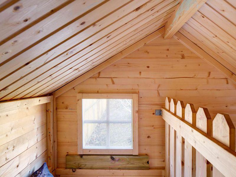 Interior de una casita de madera infantil.