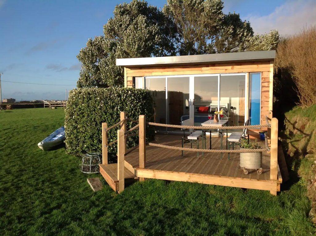 MiniCasa de madera habitable en plena naturaleza