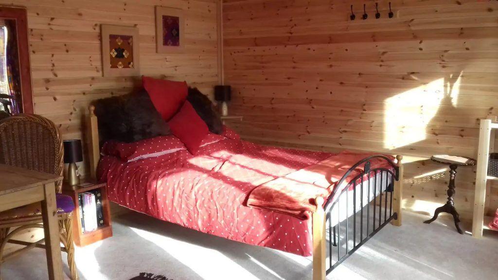 Habitación en una minicasa de madera