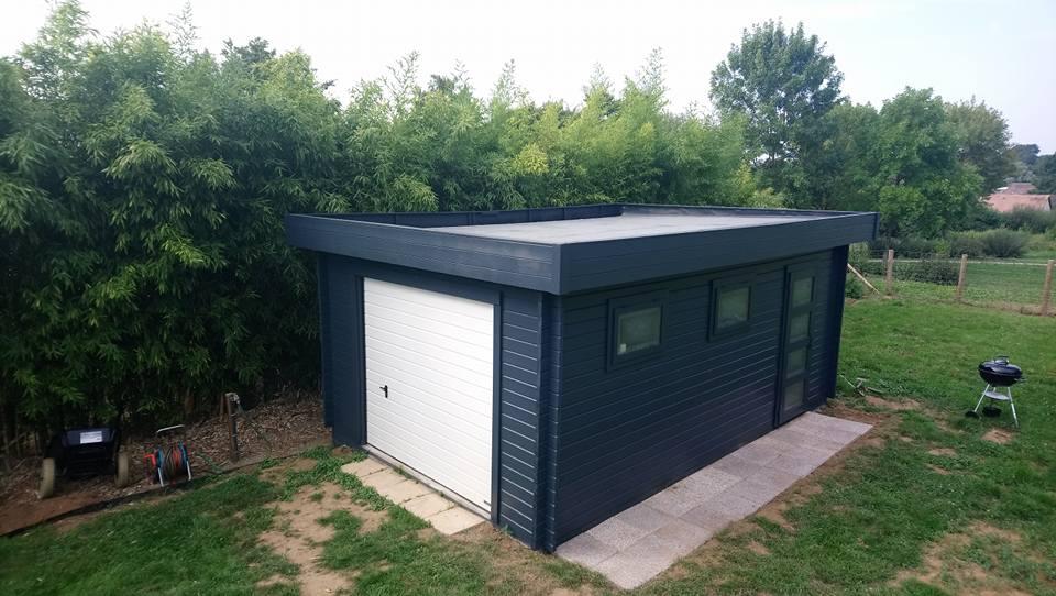 Garaje de madera con puerta adicional simple y ventanas laterales