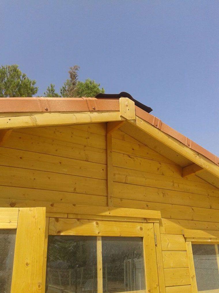 Detalle embellecedor frontal Onduvilla para caseta de madera Flodeal