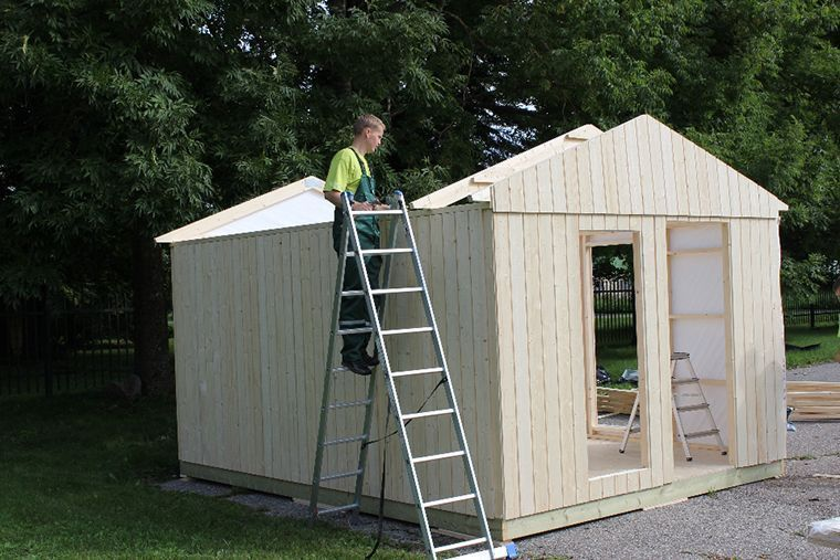 Colocación techo minicasa de madera