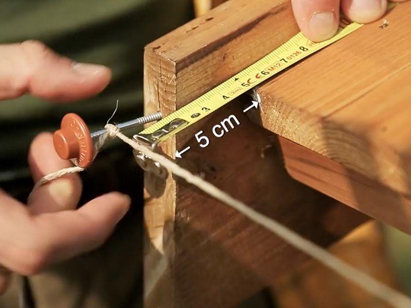 Empezar a instalar la teja, con un vuelo de 5 cm