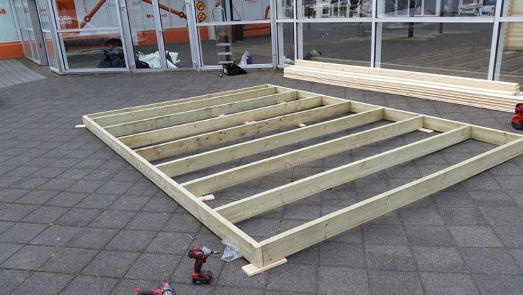 Monta una minicasa de madera en el jardin for Casetas de jardin con suelo
