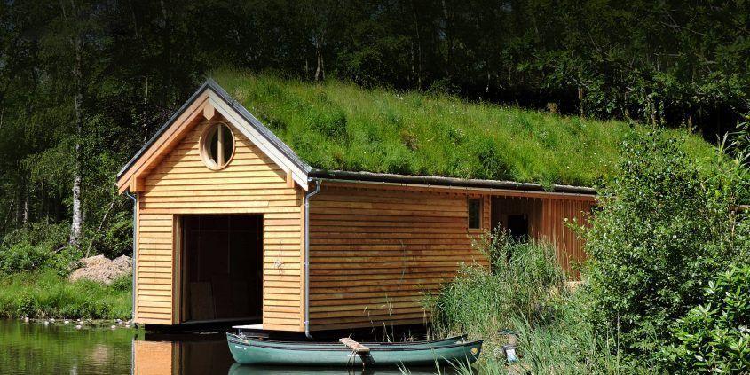 Garaje de madera con techo verde