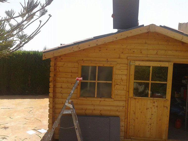 Colocación paneles poliestirene en techo caseta de madera